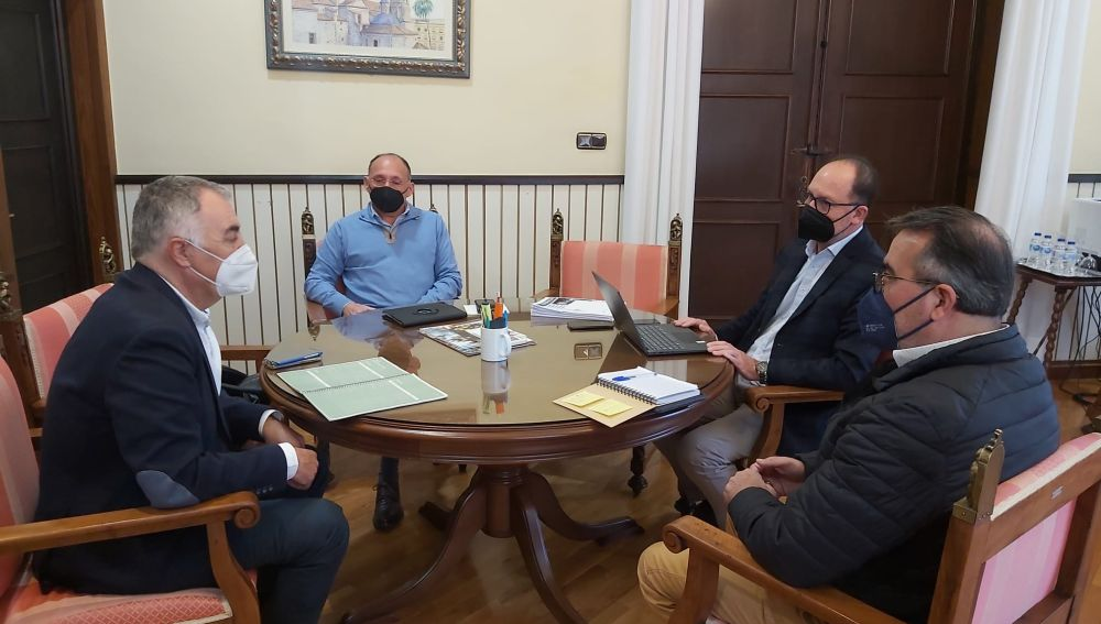 Se ha mantenido esta mañana una reunión con el comisionado del Presidente Puig para la Vega Baja, Antonio Alonso, con el Plan Vega Renhace como asunto de fondo de la misma