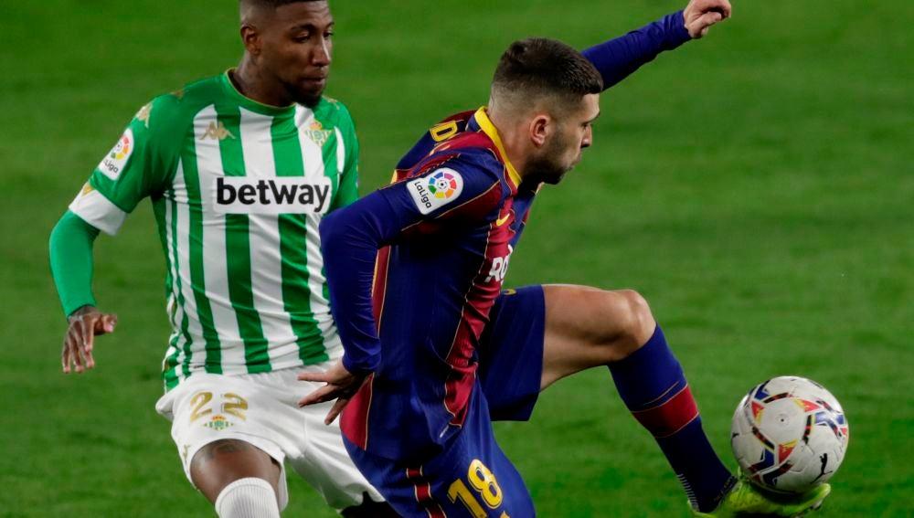 Emerson defiende al barcelonista Jordi Alba.