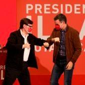 Salvador Illa y Pedro Sánchez se saludan con sus codos en un mitin del PSC.