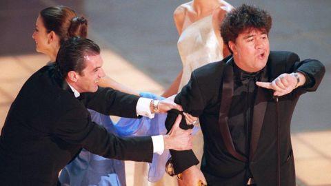 Antonio Banderas y Penélope Cruz tiran del brazo de Pedro Almodóvar sobre el escenario de los Oscar en el año 2000