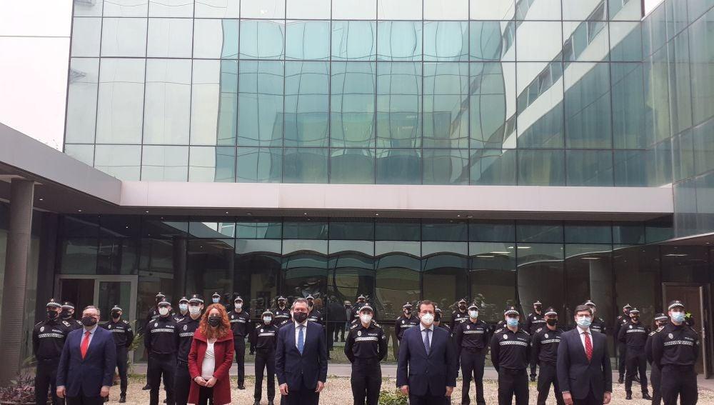 Foto de las autoridades con los nuevos agentes de la Policía Local