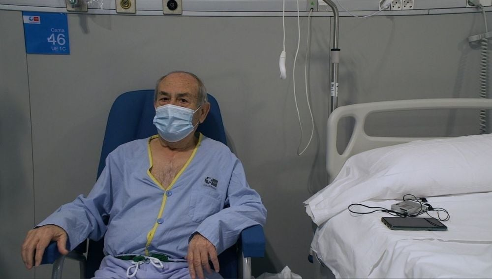 José Ángel, un paciente que espera su alta y la de su mujer escuchando Onda Cero