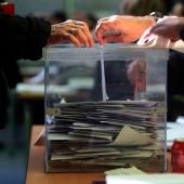 Un votante deposita su voto en la urna en una jornada electoral.
