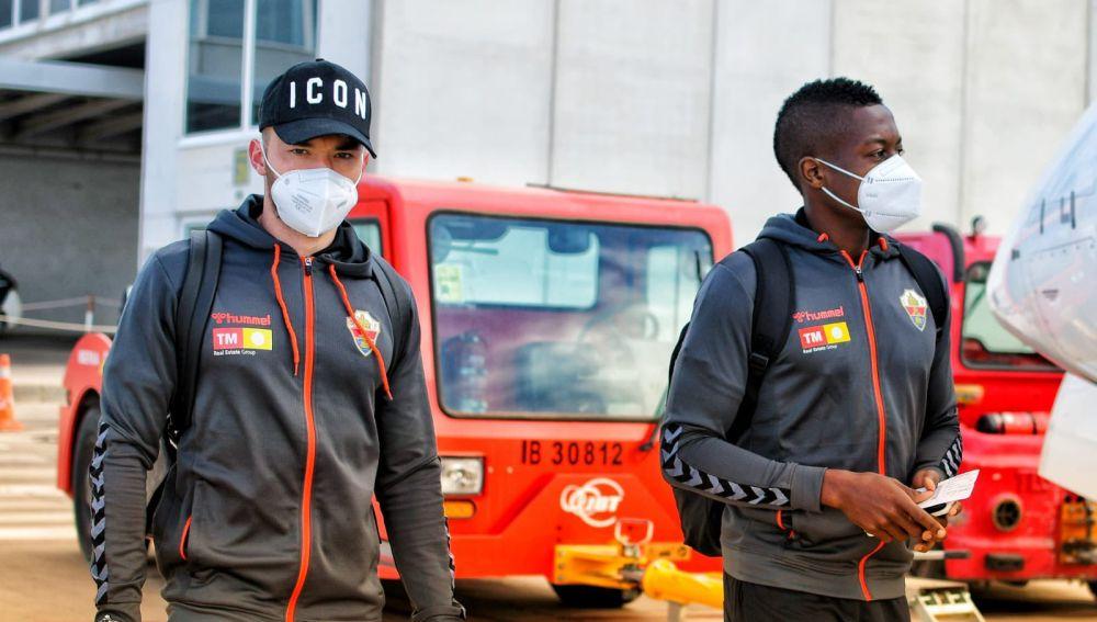 Josan Ferrández y Helibelton Palacios, antes de subirse al avión con destino a Vigo.