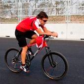 Fernando Alonso, en bicicleta en una imagen de archivo.