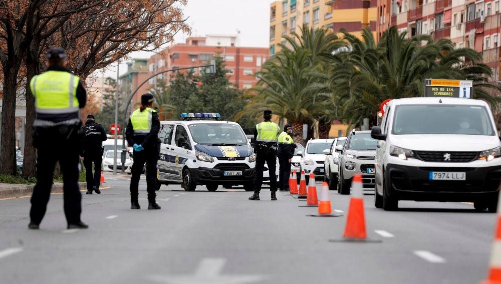 Agentes de la Policía Local de Valencia realizan un control en la salida hacia Madrid.