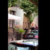 Dos policías nacionales propinan una brutal paliza a un hombre en presencia de su hija en Linares
