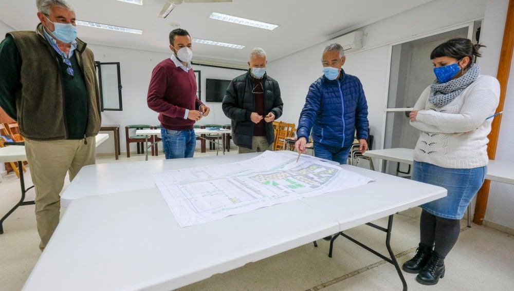 El Ayuntamiento presenta a 'Los Corrales' el proyecto de urbanización de la barriada de La Paz