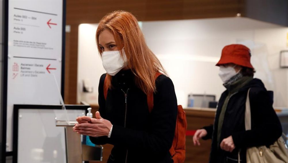 La candidata de En Comú Podem a la Generalitat, Jéssica Albiach, se limpia las manos antes de votar en su colegio electoral en Barcelona