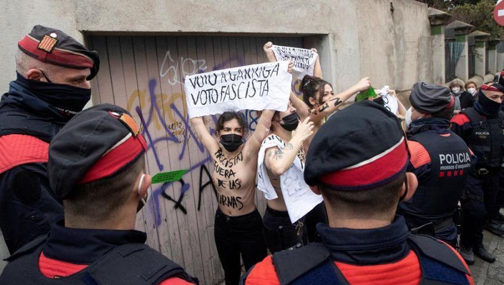 Varias activistas de FEMEN protestan frente al colegio electoral donde ha votado el candidato de Vox, Ignacio Garriga