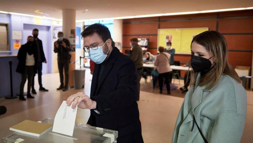 El candidato de ERC a la Presidencia de la Generalitat, Pere Aragonès, deposita su voto en el colegio electoral constituido en el Instituto Joan Coromines de la localidad barcelonesa de Pineda de Mar