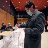Salvador Illa deposita su voto en un colegio electoral en Cataluña.