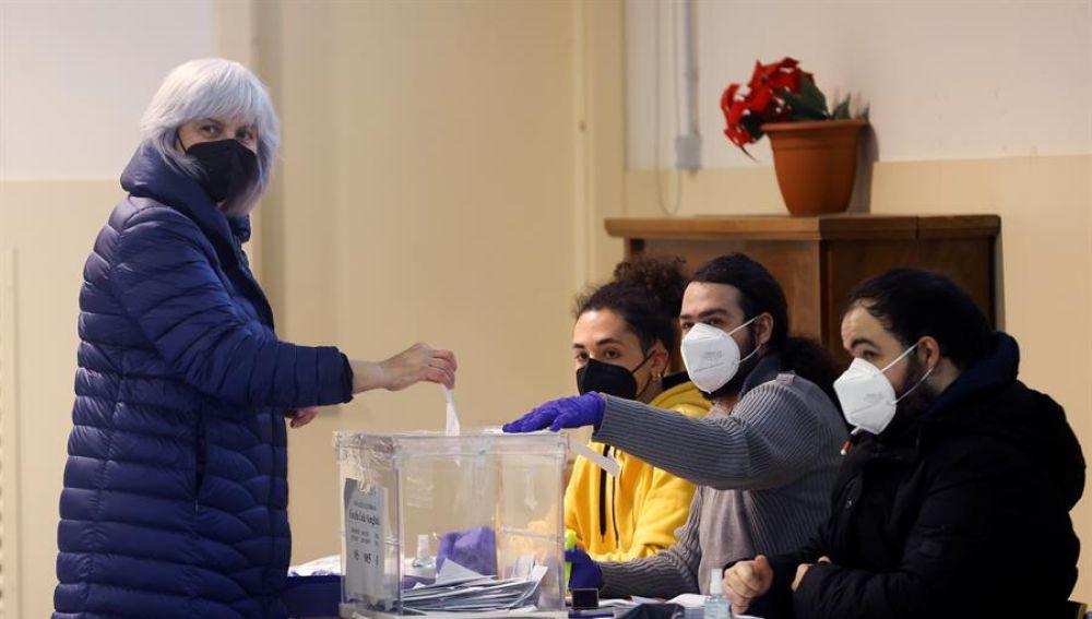 La candidata de la CUP a la Generalitat, Dolors Sabater, vota en la Escuela Lola Anglada de Badalona