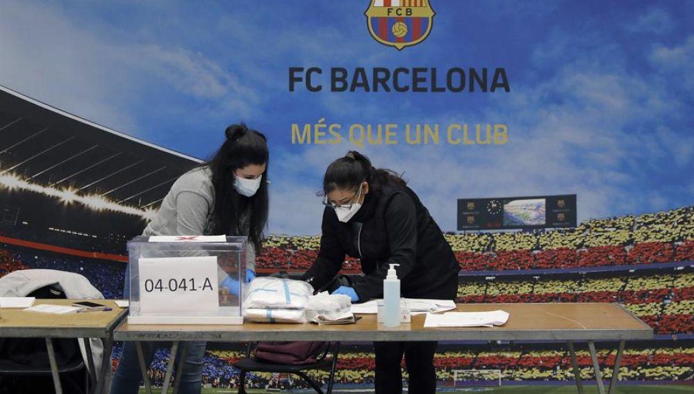 Preparación de una de las mesas electorales en un nuevo recinto habilitado en el Auditorium del FC Barcelona