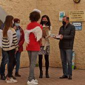 Alumnos del IES Cayetano Sempere de Elche entregan las cartas a los representantes de la asociación Adbar.