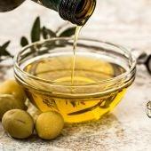 Un recipiente con aceite de oliva
