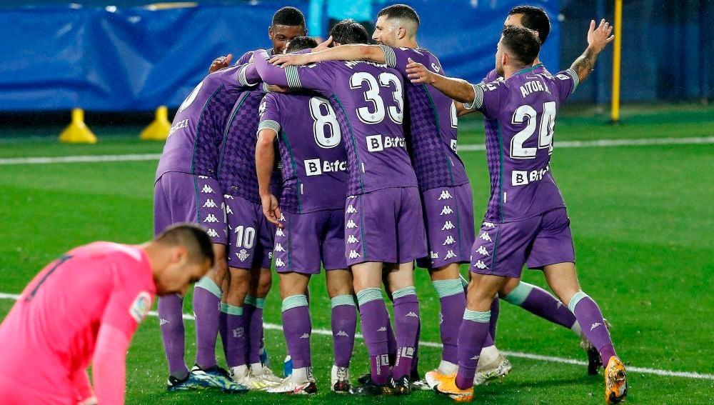 Varios jugadores del Betis celebran un gol en el Estadio de La Cerámica.