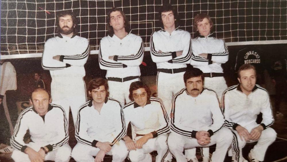 Plantilla del Club Voleibol Elche, en la temporada 75/76, con Pepe Varó, Paco Vidal, Agustín Cánovas, Bañon, Janko, Pepe García Parres, Víctor, Rafa 'Canti' y Juian Antonio Martínez.