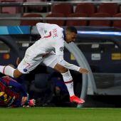 Mbappé desborda a Dest
