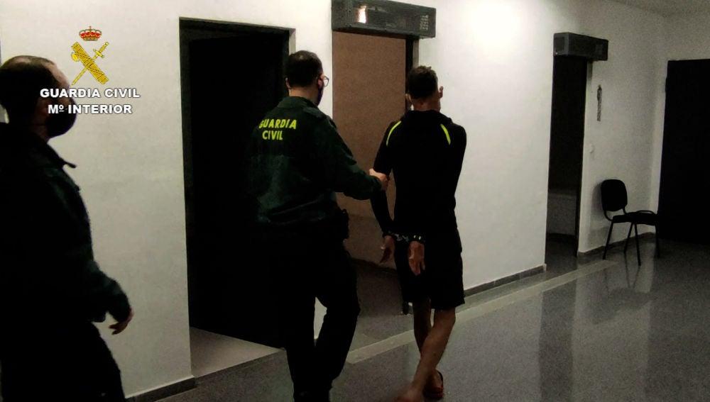 La Guardia Civil conduce al detenido