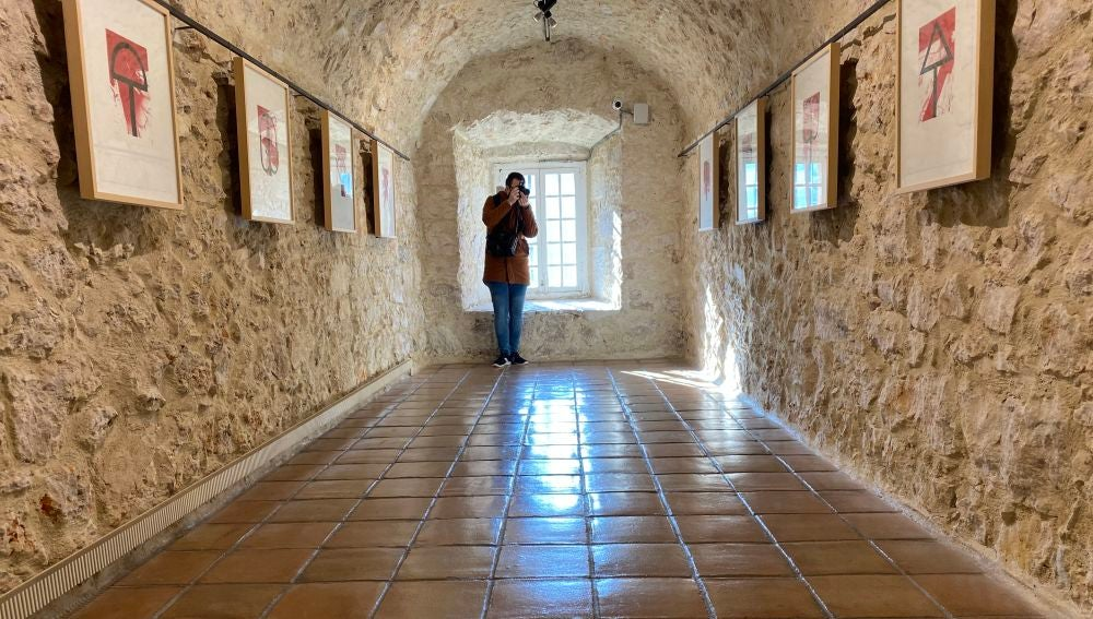 Las obras de Feito en una de las salas, que se asoma a la hoz del río Huécar en la ciudad de Cuenca