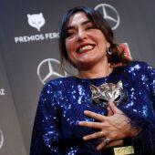 La actriz Candela Peña sostiene el premio Feroz 2020 a la Mejor Actriz Protagonista de una serie por 'Hierro'