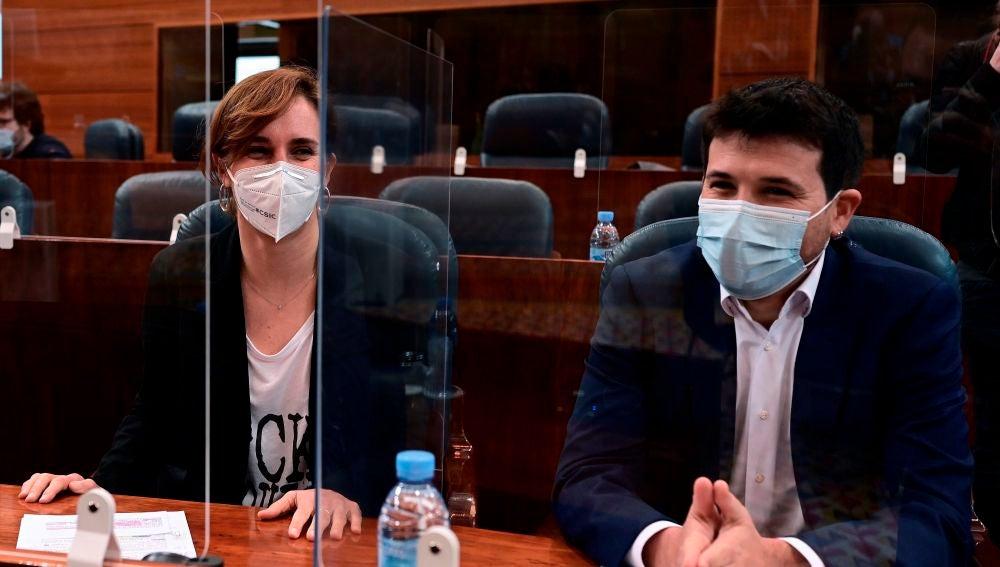 Los diputados de Mas Madrid, Pablo Gómez Perpinyá, y Mónica García durante un pleno de la Asamblea de Madrid.