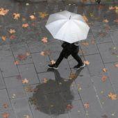 Imagen de archivo de una persona caminando bajo la lluvia