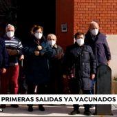 VÍDEO: Los usuarios de la residencia de Cevico de la Torre, los primeros en ser inmunizados, ya salen a la calle.