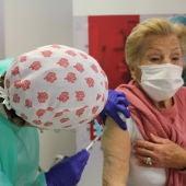 Mayor de 90 años vacunada en Elche frente a la covid-19
