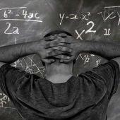 Un hombre haciendo un problema de matemáticas