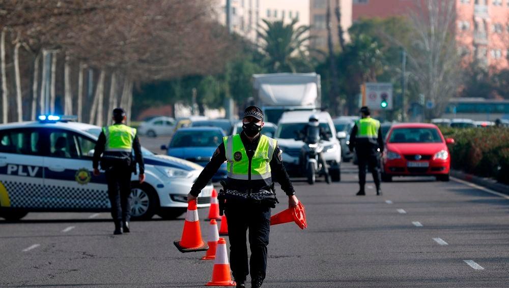 Control policial en una de las salidas de Valencia.