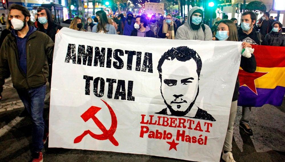 Un grupo de jóvenes pidiendo la libertad de Pablo Hasel