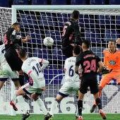 El Real Madrid y el Valladolid se disputan un balón
