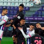 Los jugadores del Real Madrid y del Real Valladolid se disputan un balón