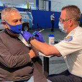 Un hombre recibe la vacuna contra la COVID-19 en Santa Fe, California (EEUU)