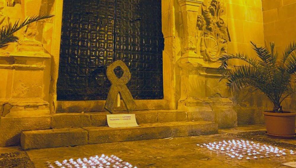 Velas encendidas por NNGG del PP de Elche en recuerdo de los fallecidos por covid-19.