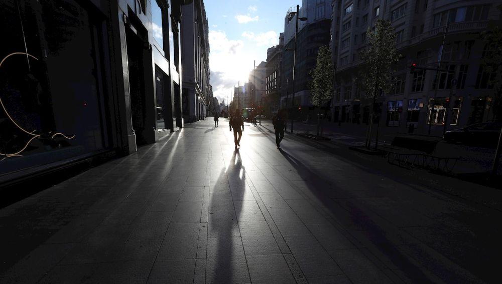 Varias personas caminan por la Gran Vía madrileña
