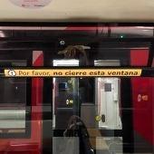 Buses y tranvías ya lucen las pegatinas que prohíben el cierre de ventanas