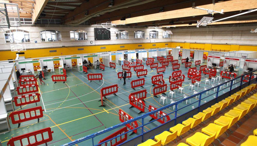 El polideportivo Germans Escalas de Palma acoge unos de los dispositivos de vacunación masiva de Mallorca