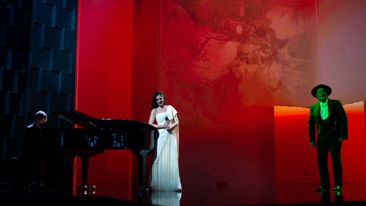 Diana Navarro y Carlos Latre, durante el homenaje a Luis García Berlanga en los Goya 2021