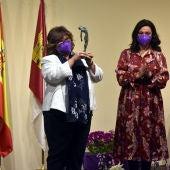 Gloria Patricia Rodríguez recibió el premio de manos de Pilar Zamora