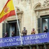 Pancarta desplegada en el balcón del edificio consistorial