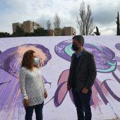 Javier Rodríguez y Patricia Sánchez junto al mural feminista vandalizado
