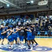 Los jugadores del Liberbank Oviedo Baloncesto festejan la victoria frente a Leyma Coruña