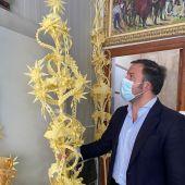 Pablo Ruz, presidente del PP de Elche, con una palma blanca de Domingo de Ramos.
