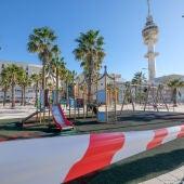 Un parque infantil precintado en Cádiz