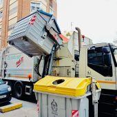 Camión del servicio de limpieza de Elche recoge un contenedor de papel y cartón.