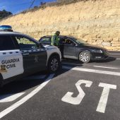 Agentes de la Guardia Civil durante un control en una carretera de la provincia