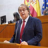 El consejero de Hacienda, Carlos Pérez Anadón, durante el pleno de las Cortes